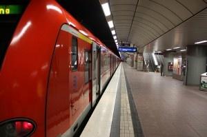 S-Bahn unter dem Flughafe